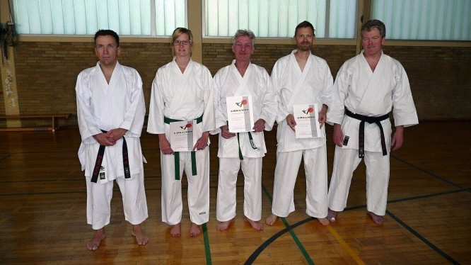 Drei Karateka legen erfolgreich ihre Kyu-Prüfung ab