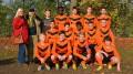 Die Fußball C2-Junioren empfangen die neuen Trikots und bedanken sich bei der Familie Honikel
