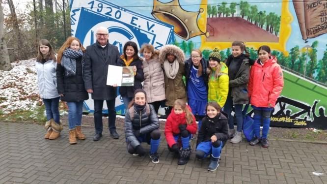 """Auszeichnung """"Junges Ehrenamt"""" vom DFB für Teuta Pireci (09.12.2017)"""
